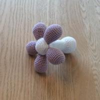 Opskrift på hæklet blomst med rasleboks